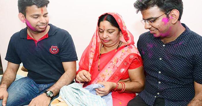 Photo of सिलाई-कढ़ाई कर गुजारा करने वाले माँ-बाप के 2 बेटे एक साथ बने IAS, भावुक कर देगी संघर्ष की कहानी