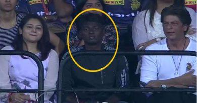 कौन है शाहरुख खान के बगल में बैठा ये लड़का? जानकर आपको भी नहीं होगा यकीन