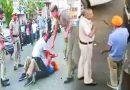 Video: पुलिस ने किया लाठी चार्ज तो सरदारजी ने निकाल ली तलवार, जाने फिर क्या हुआ
