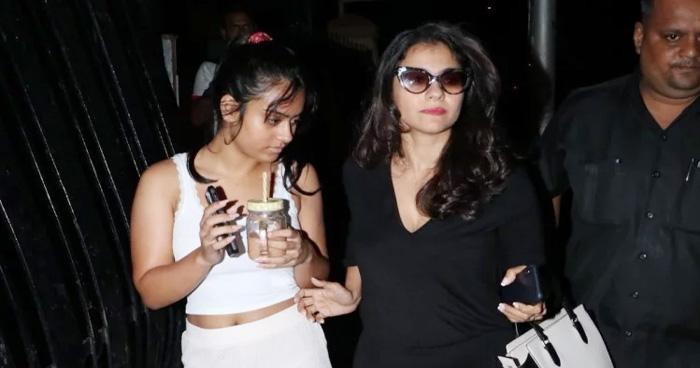 मम्मा संग स्पा के बाहर नज़र आई अजय की लाडली 'न्यासा', कैमरा देख करने लगीं ये हरकत