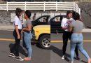 बीच सड़क पर एक दुसरे से भिड़ी दो लड़कियां, नज़ारा ऐसा मानो WWE फाइट हो, देखे विडियो