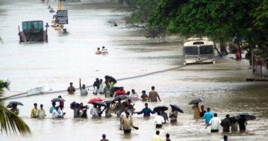 मायानगरी का बारिश ने किया बुरा हाल, सड़कें समंदर बनी तो बिल्डिंग झरना...देखें वीडियो