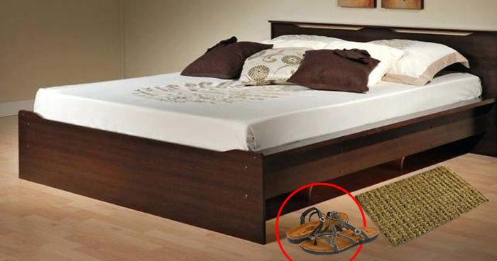 जिस बिस्तर पर सोते हैं उसके नीचे भूलकर भी ना रखे ये 3 चीजें, शुरू हो जाती हैं बर्बादी