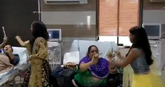 Photo of Video: माता की भक्ति में लीन हुए हॉस्पिटल के मरीज, बेड पर लेटकर और चेयर पर बैठ खेला गरबा
