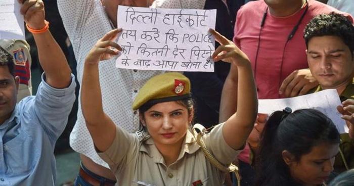 दिल्ली पुलिस और वकीलों के बीच की लड़ाई में कूद पड़ी ये एक्ट्रेस, कहा - उन वकीलों, गुंडों या...