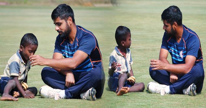 बीच मैदान में भूखे बच्चे को खाना खिलाता दिखा ये क्रिकेटर, फैंस कर रहे हैं जमकर तारीफ