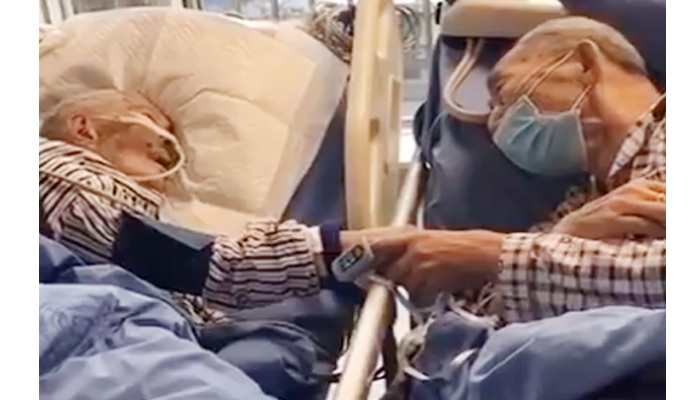 Photo of कोरोना वायरस: जीवन के अंतिम समय में एक दुसरे का यूं साथ देते नजर आए बुजुर्ग दंपत्ति