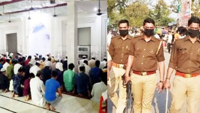 Photo of लॉकडाउनः मस्जिद के अंदर नमाज कर रही थी सैकड़ों की भीड़, बाहर खड़ी थी पुलिस, देखिए फिर क्या हुआ