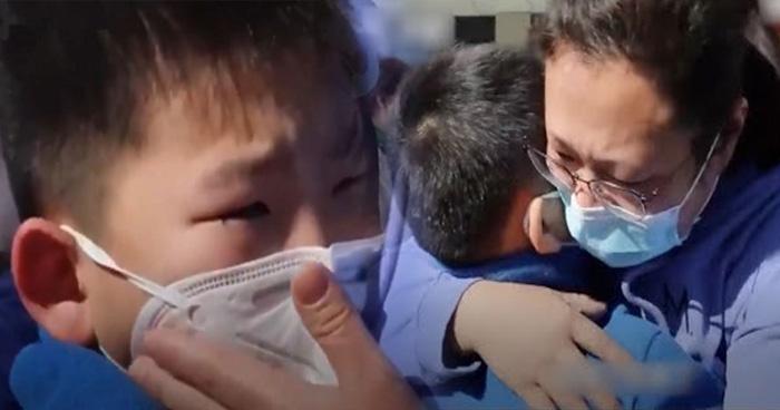 Photo of कोरोना: 1 महीने बाद हॉस्पिटल से घर आई नर्स माँ, देखते ही बेटे ने किया ये काम, Video वायरल