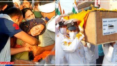 Photo of मेहंदी का रंग जाने से पहले ही शहीद हो गया पति, पार्थिव शरीर से लिपटकर रोती रही पत्नी