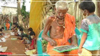 Photo of 75 सालों से पेड़ के नीचे बच्चों को फ्री पढ़ा रहे हैं ये बुजुर्ग, इनके समर्पण को देश कर रहा नमन