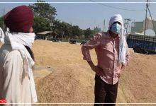 Photo of धान क्रय केंद्रों पर हो रही धांधली की मिली शिकायत, खुद किसान का भेष बदलकर DM ने मारा छापा