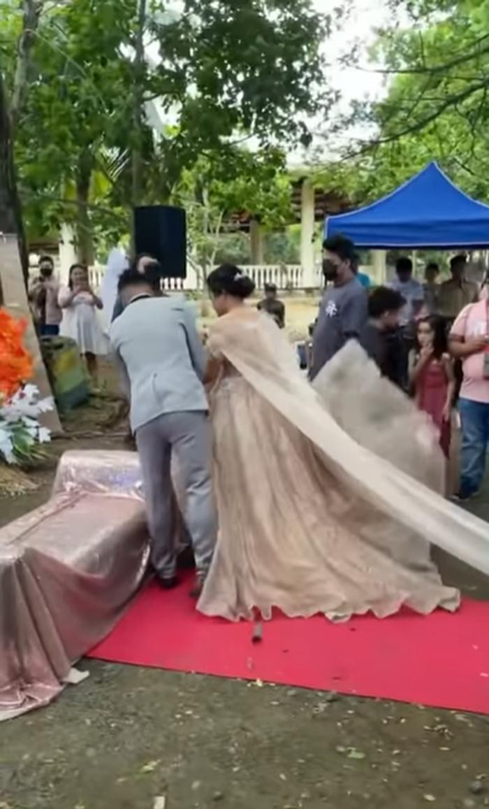 wedding-planer-hides-under-bride-gown-to-help-her