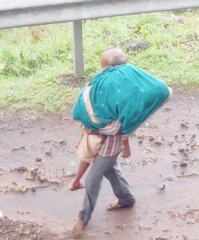 maharashtr-old-man-lost-wife-due-to-heavy-rain